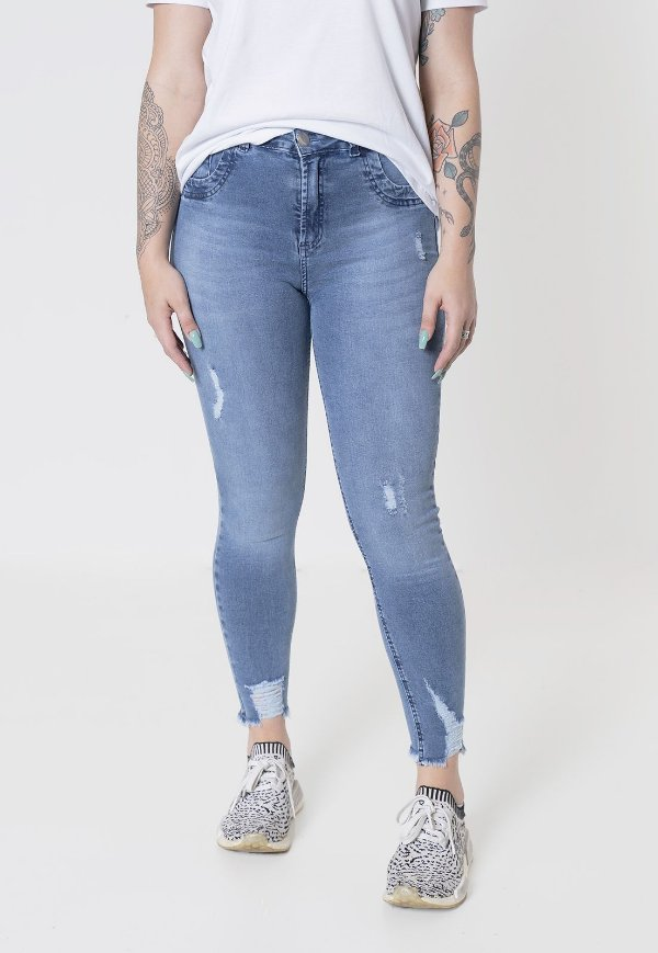 Calça jeans skinny cropped com barra desfiada