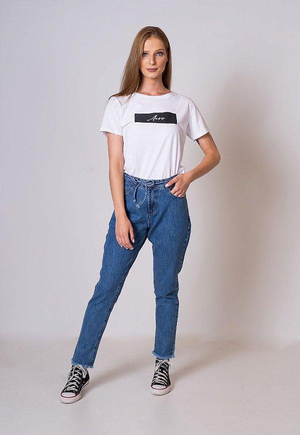 Calça Jeans Mom com cinto