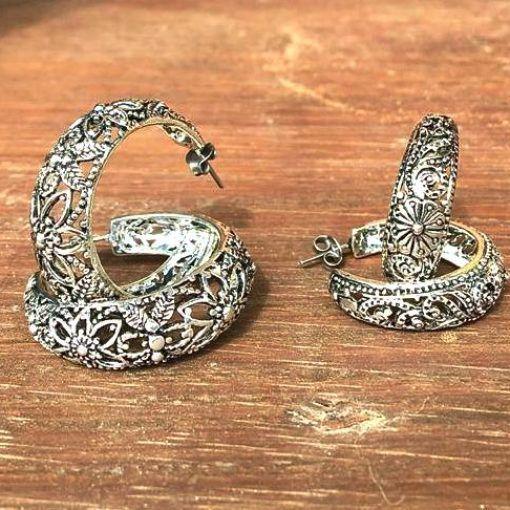 Brinco argola vazada Bali  banhado a prata com pino em aço inox antialérgico. 1 ano de garantia