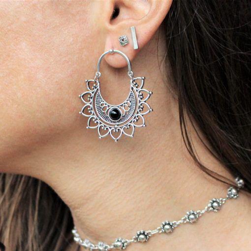 Brinco Mandala vazada com pedra preta, banhado a prata com pino em aço inox antialérgico.