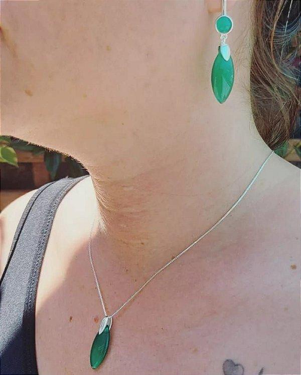 Conjunto de brincos e colar , folheados a prata com pedra Ágata verde.