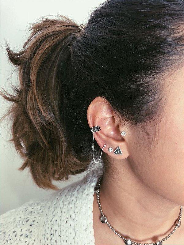 Piercing de cartilagem com corrente