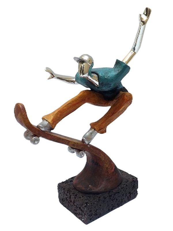 Escultura Skatista em Resina 28cm