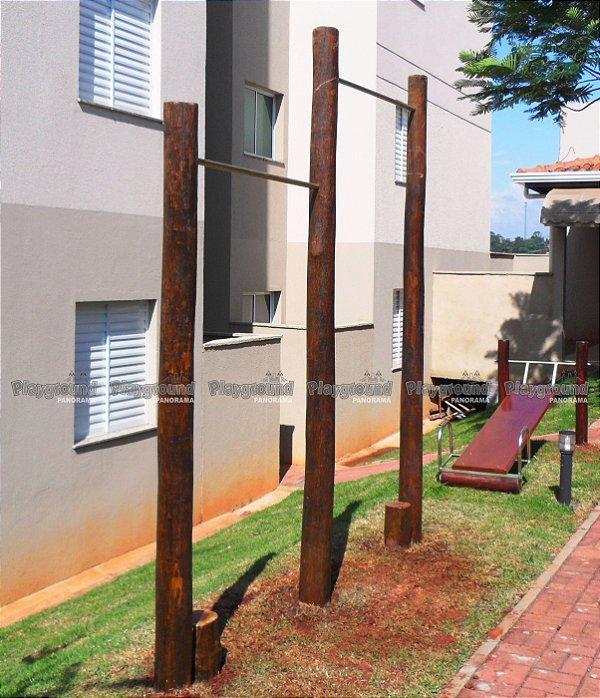 Barra fixa com 2 alturas em eucalipto tratado / Condomínio Varandas do Ipatinga