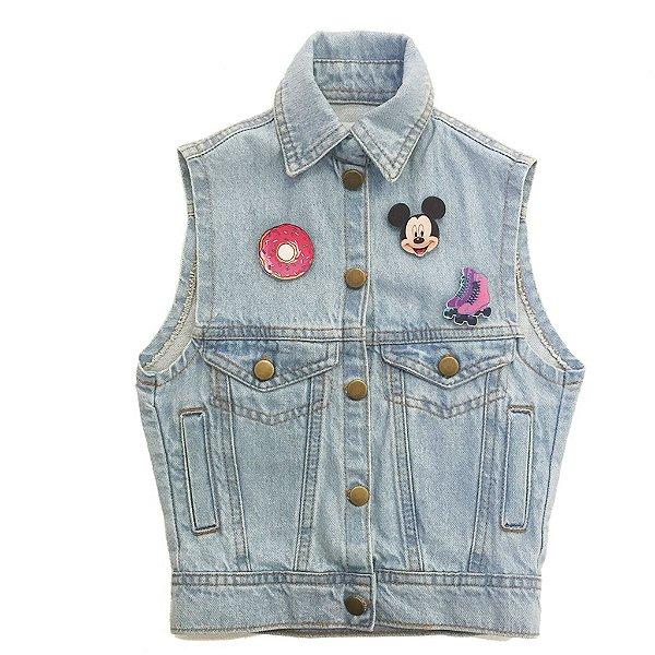 colete jeans infantil com bottoms, pins, broches | alô alô marciano kids | monte seu colete | coleteria