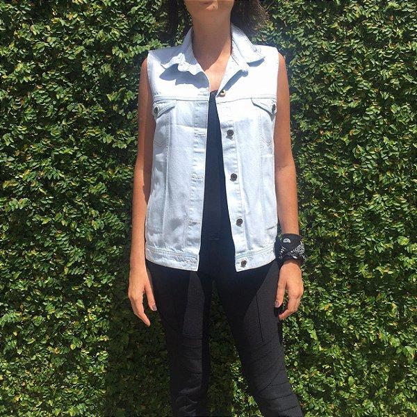 colete jeans básico com bolso azul claro Coleteria