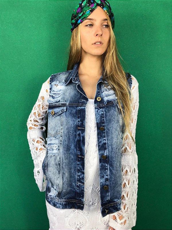 colete jeans destroyed com bolso marmorizado Coleteria