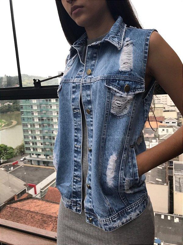 colete jeans destroyed com bolso azul claro Coleteria