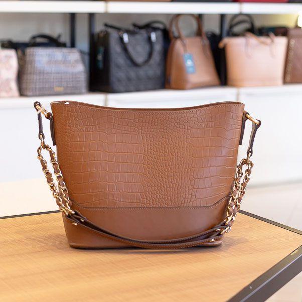 Bolsa de couro com corrente Pietra caramelo