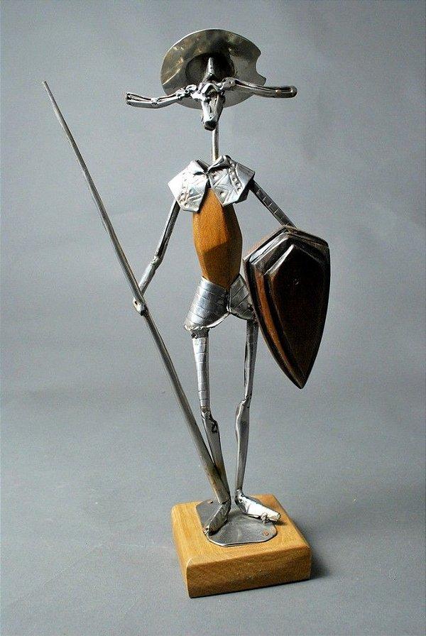 Escultura em solda e aço inox e madeira