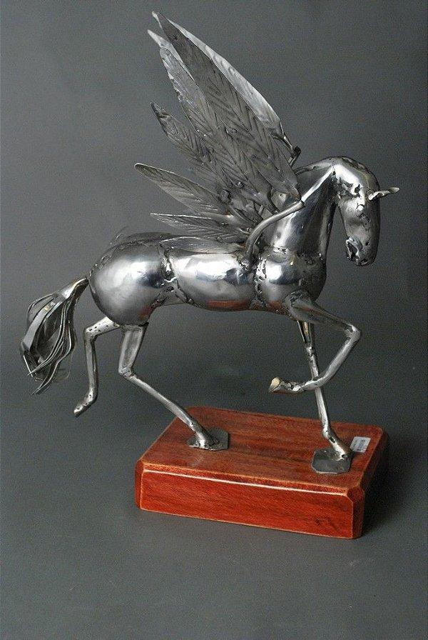 Cavalo alado em solda elétrica e aço inox