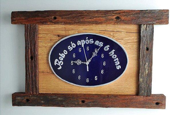 Relógio em madeira de demolição e alumínio fundido