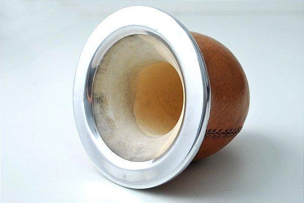 Cuia revestida em couro com bocal em alumínio