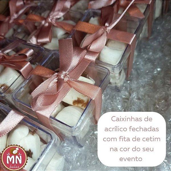 10 caixinhas de acrílico 5 cm x 5 cm com 8 balas recheadas de brigadeiro/chocolate, bala branca fechadas com fita de cetim