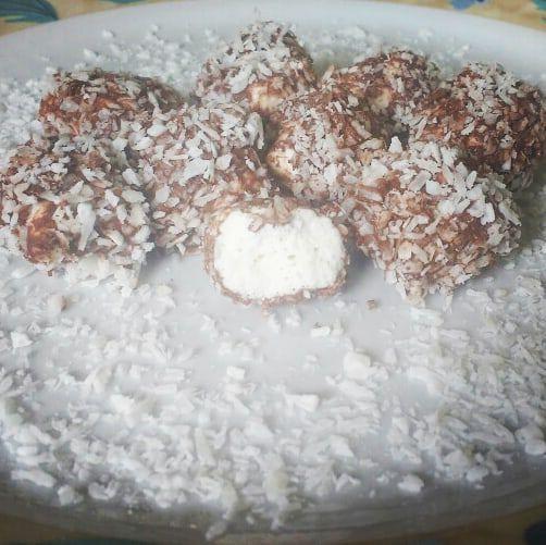 Tradicional com cobertura de chocolate com coco ralado