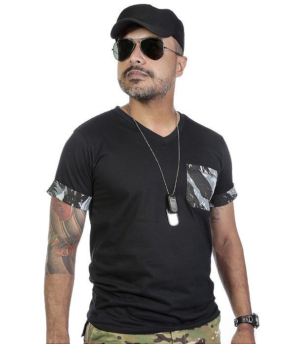 Camiseta Gola V Com Manga Dobrada Detalhe Camuflado E Bolso
