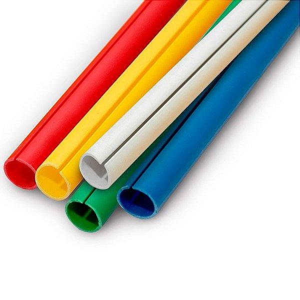 Perfil plástico C para acabamento de faixas e banners disponível com 16 mm (5/8), 19 mm (3/4) e 23 mm (7/8) com opção de corte de 30 cm a 3 metros