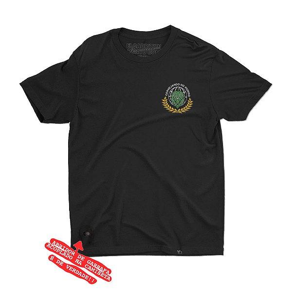 Cervejando no Mundo - Camiseta Clássica Unissex com Abridor de Garrafa