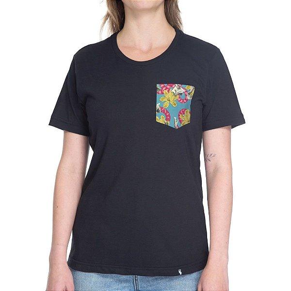 Cobras, Caveiras e Flores - Camiseta Clássica com Bolso