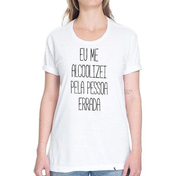 Me Alcoolizei Pela Pessoa Errada - Camiseta Basicona Unissex