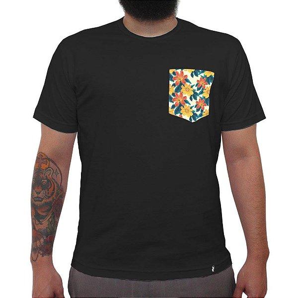 Tropical Fundo Bege - Camiseta Clássica com Bolso Masculina