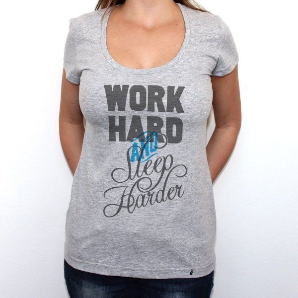 Work Hard and Sleep Harder - Camiseta Clássica Feminina