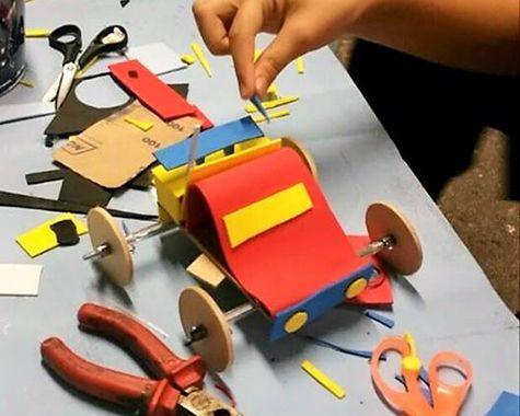 Oficina de construção de brinquedos na Casa das Ideias