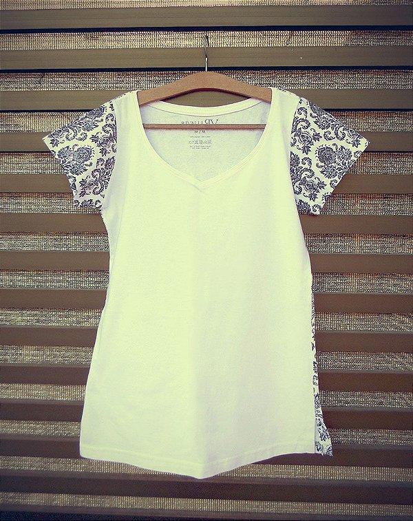 Camiseta Feminina com Estampa Arabesco