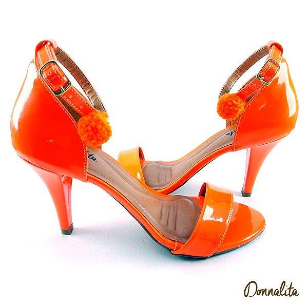 Sandália em Verniz Laranja Neon com Pompom Neon - E39-339