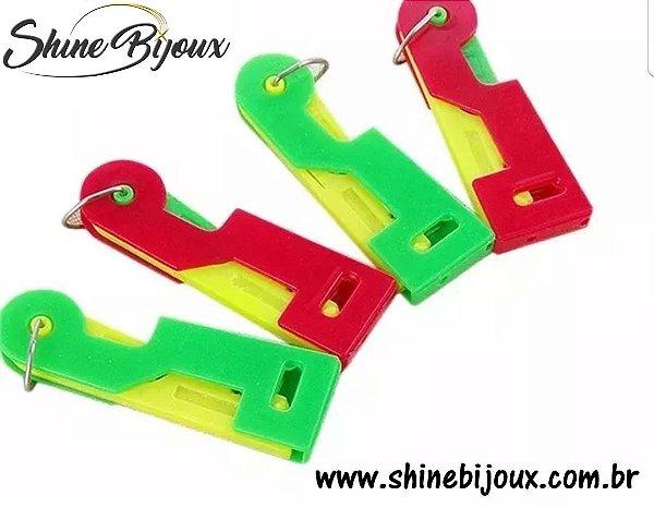 Passador de linha em agulha maquina de costura  ou agulha de mão