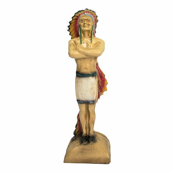 Índio em Pé com Braços Cruzados