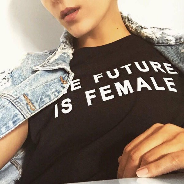 T shirt preta the future is female