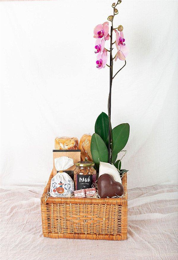 Cesta de Café da Manhã com Coração de Chocolate