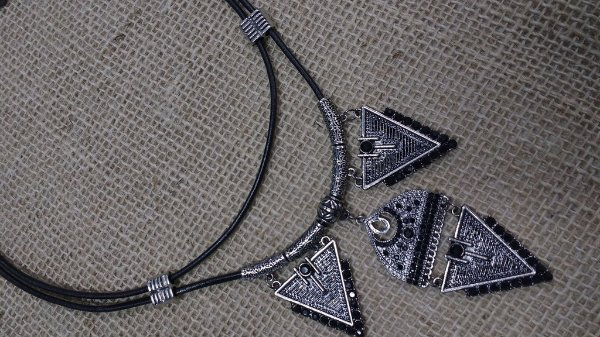 Colar Boho Chick - Black and silver - Couro e Cristais