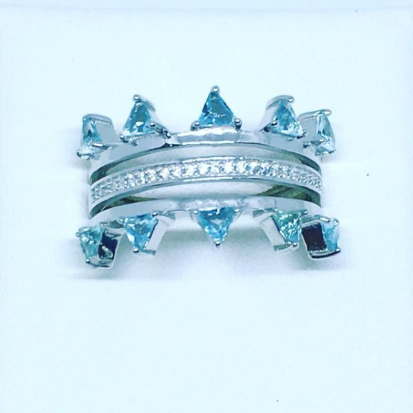 Anel em prata com banho de ródio branco e topazios azuis