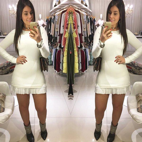 Macaquinho que imita vestido branco