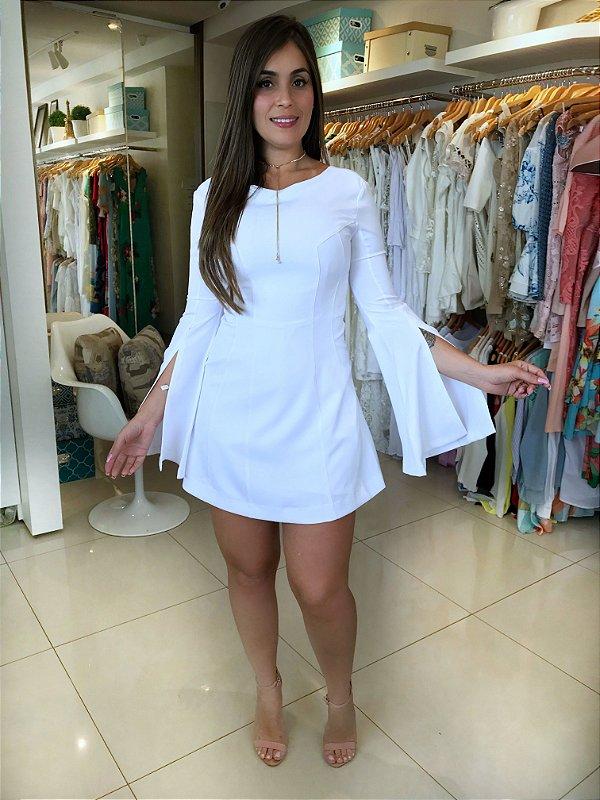 Macacão que imita vestido branco