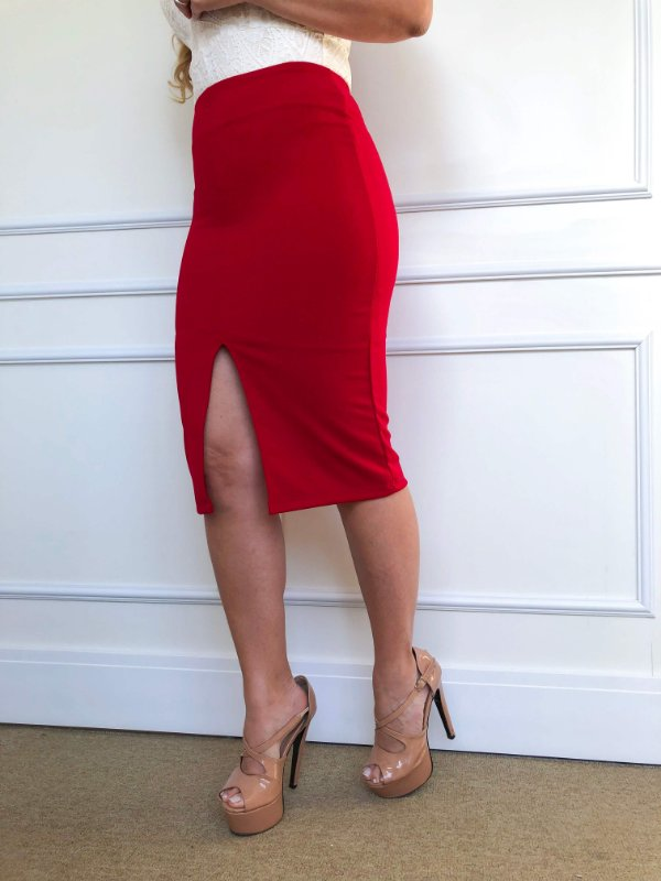 Saia Lápis Midi Vermelha com Fenda Frontal