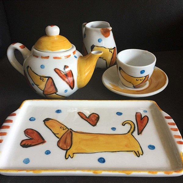 Hora do cafezinho com bule, leitera, bandeja e xícara de café  - Cachorrinho