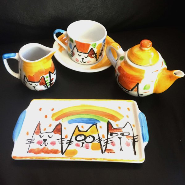 Conjuntinho  xicara de chá, Bule ,bandeja e leiterinha GAtos e Arco íris