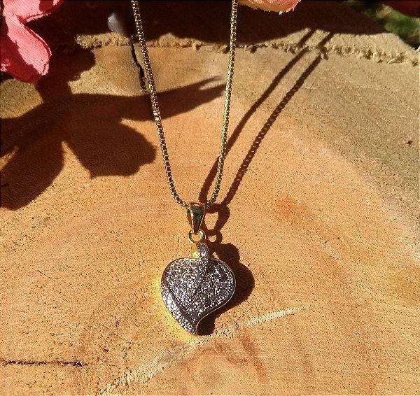 Colar com pingente cravejado e zircônias cristais folheado a ouro 18k
