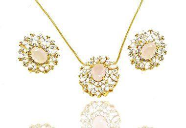 Conjunto colar e brincos folheados a ouro 18k com zirconia rosa leitoso