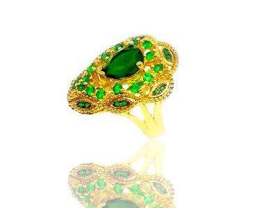Anel com Pedra Esmeralda Folheado a Ouro 18k cravejado e zircônias