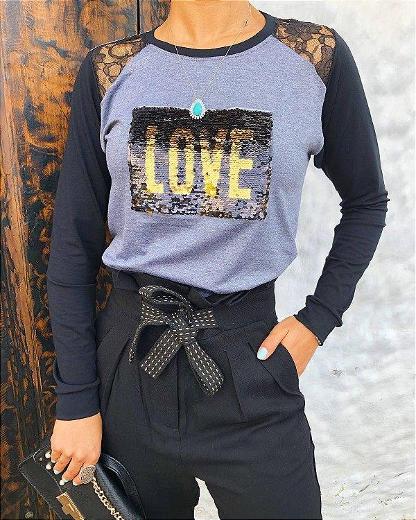 T-shirt LOVE em Paetê e detalhe de renda nos ombros