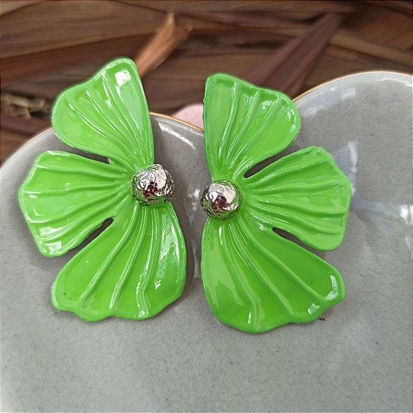 Brinco meia pétala pintada véu de noiva verde claro