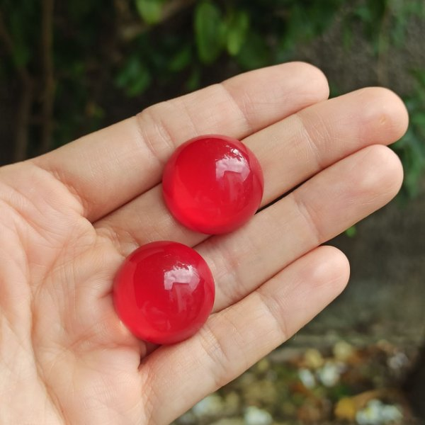Brinco botão vidro vermelho