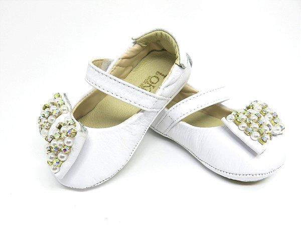 Sapatinho Baby em Couro, cor branca, com laço bordado de pérolas.