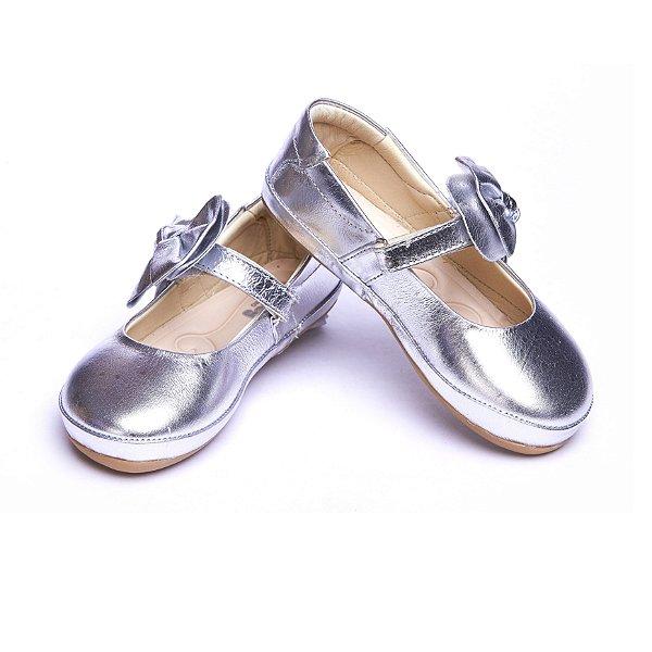 Sapato Couro. Modelo Confort. Cor Prata. Fecho velcro.