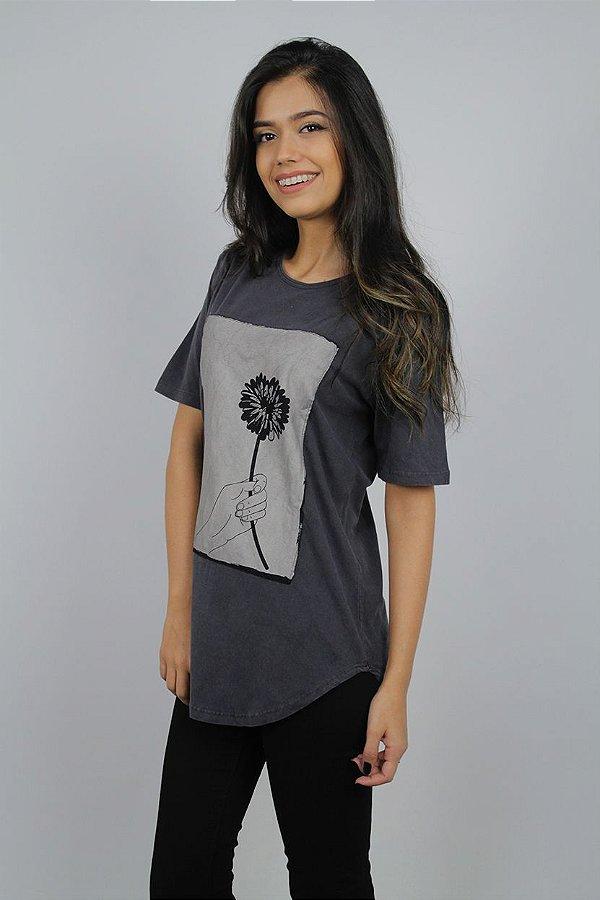 Camiseta Flores em Vida · Grafite · Feminina