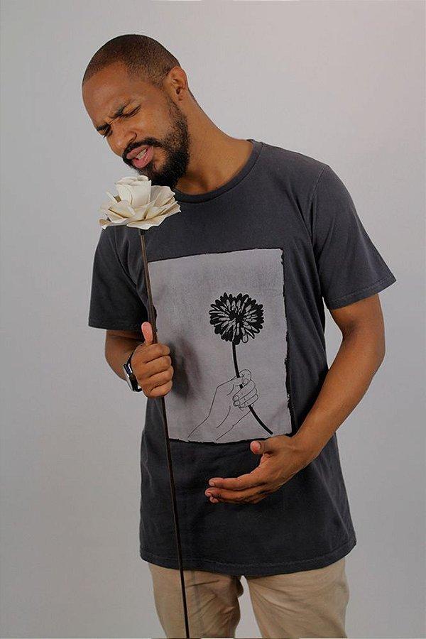 Camiseta Flores em Vida · Grafite · Masculina